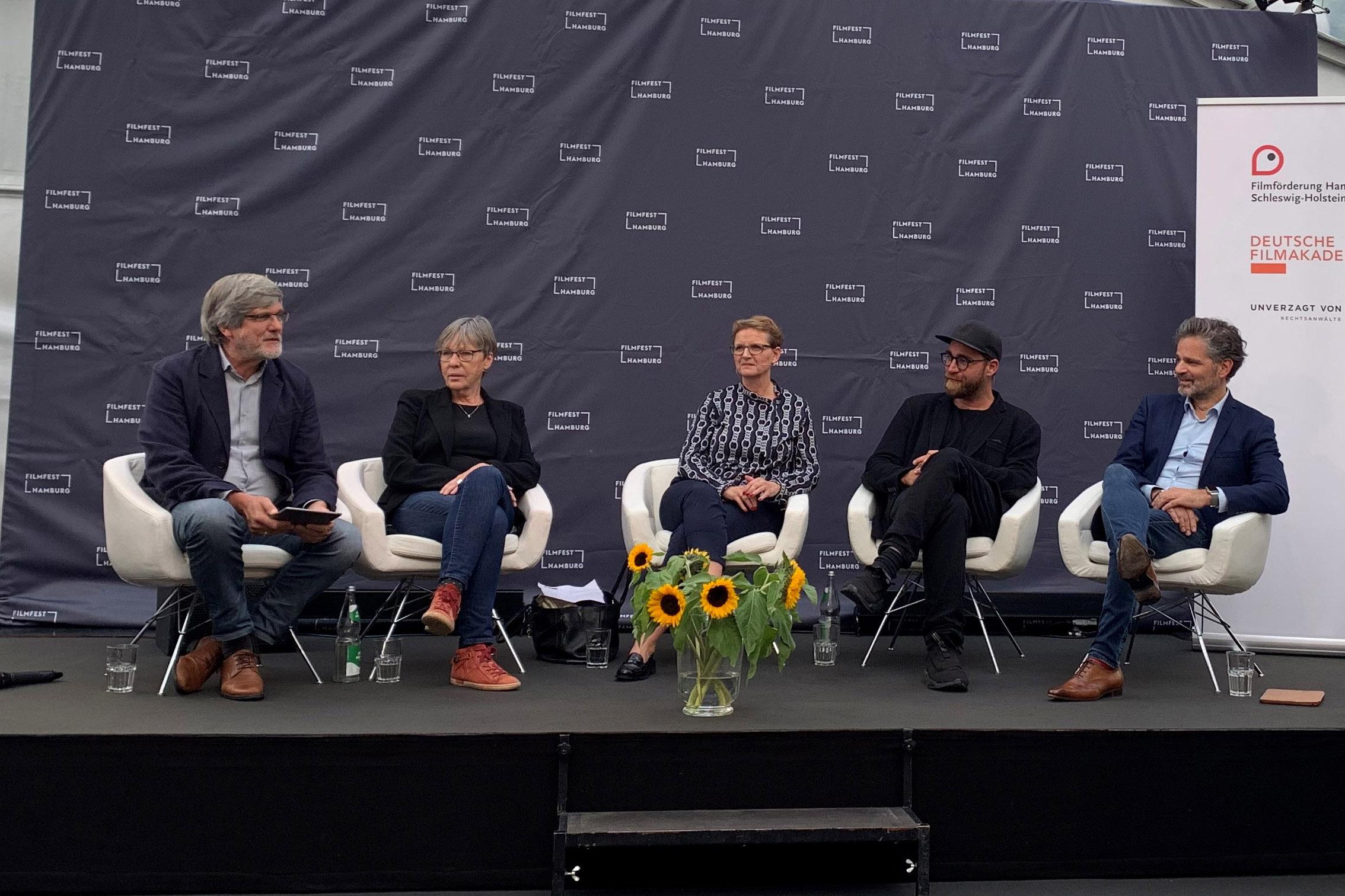 Die Diskussionsteilnehmer*innen Christine Berg, Carsten Horn, Jan Krüger und Ruth Rogée auf der Bühne.
