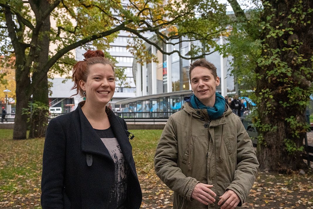 Janna Hill und Matthias Mildenberger vor dem Audimax der Uni Hamburg.