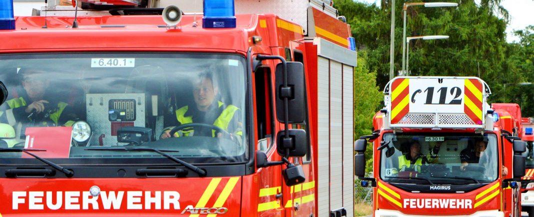 Drei Feuerwehrautos auf dem Weg zu einem Einsatz.