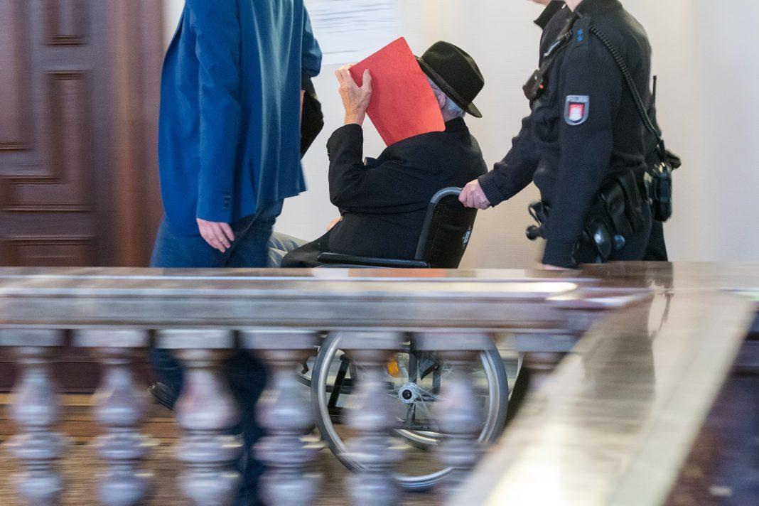 Der 93 Jahre alte ehemaliger SS-Wachmann wird im Landgericht in den Saal geschoben.