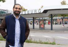 """Der Regisseur des Films """"Bonnie & Bonnie, Ali Hakim, steht auf dem Fußweg vor der S-Bahn Station Wilhelmsburg."""