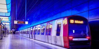 Eine Bahn auf der Linie U4 im Bahnhof.