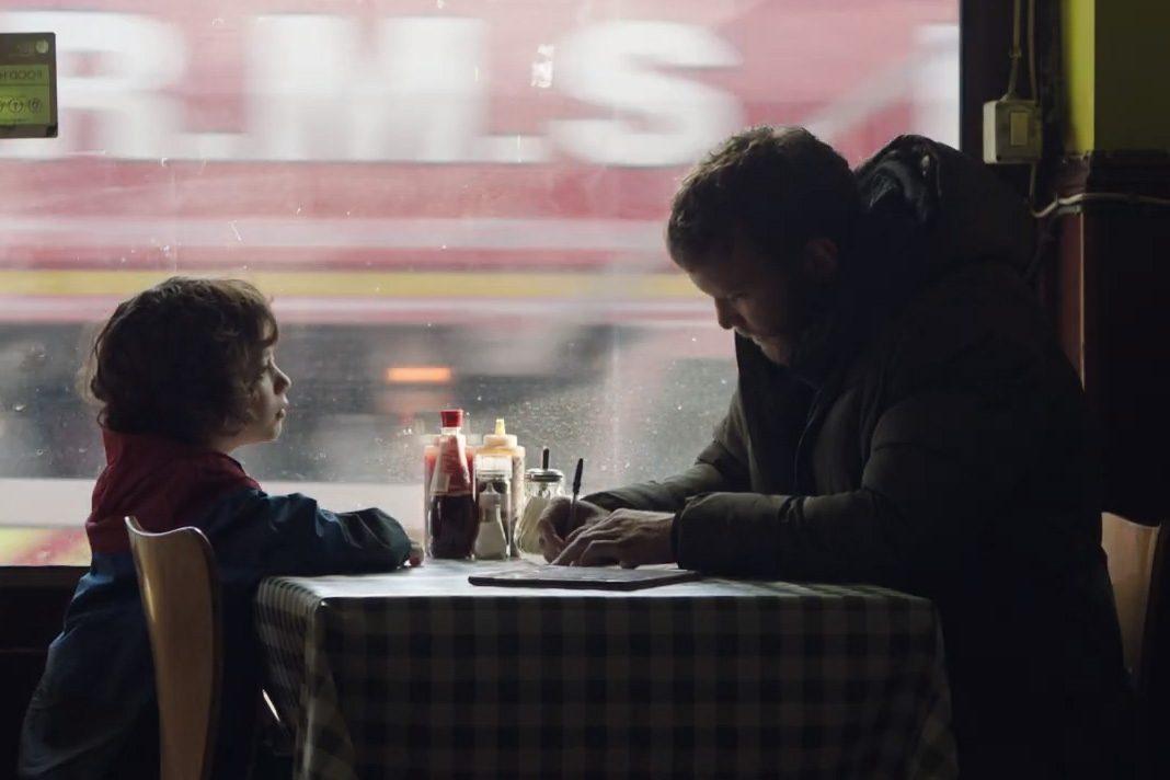 Ausschnitt aus dem Film Bruno: Daniel und Izzy sitzen gemeinsam am Tisch