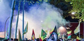 Rauch von Feuerwerkskörpern steigt über einer Demonstration von Kurden im Hamburger Schanzenviertel auf. Die Demonstranten sind gegen die türkische Militäroffensive in Nordsyrien auf der Straße.