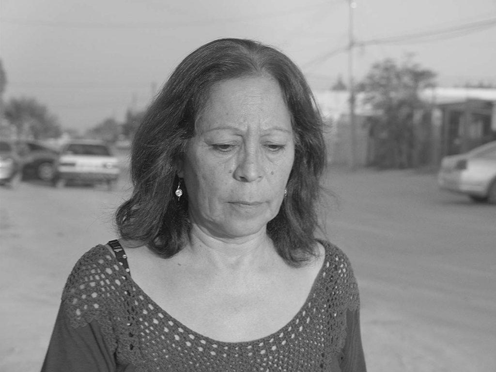 Eine Frau, die traurig auf den Boden schaut