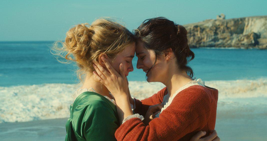 Zwei Frauen umarmen sich am Meer. Still aus dem Film
