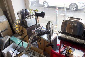 Ein Schaufenster mit Toastern, Lampen und anderen Küchengeräte.