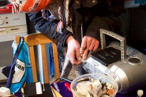 Mann repariert an einem alten Radio.