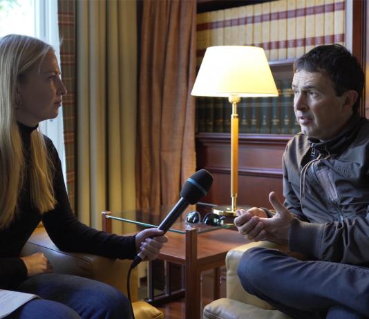 Julie Elie im Gespräch mit FINK.HAMBURG Redakteurin Carlotta Schaffner
