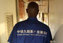 Ein afrikanischer Arbeiter eines chinesischen Eisenbahnunternehmens.