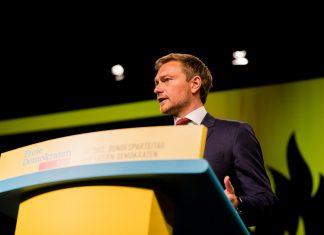 Christian Lindner an einem Redepult