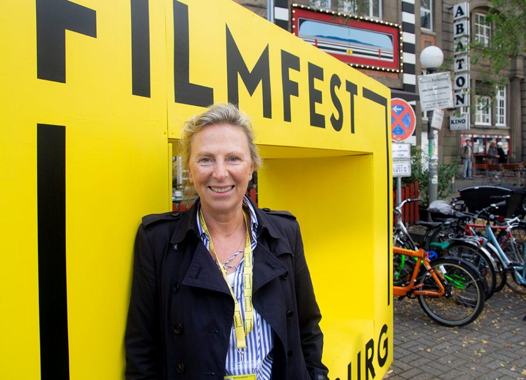 Christiane Dopp von der Filmförderung Hamburg Schleswig-Holstein vor dem Abaton.
