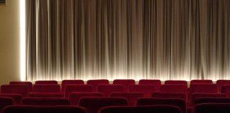 Ein Kinosaal mit zugezogenem Vorhang