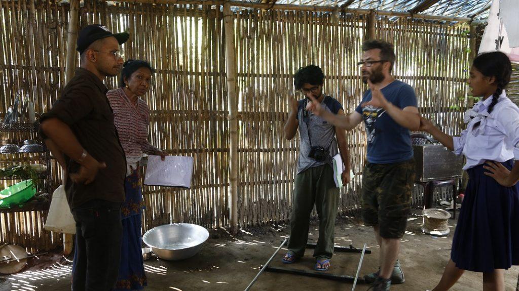 Dreharbeiten in einer Bambushütte