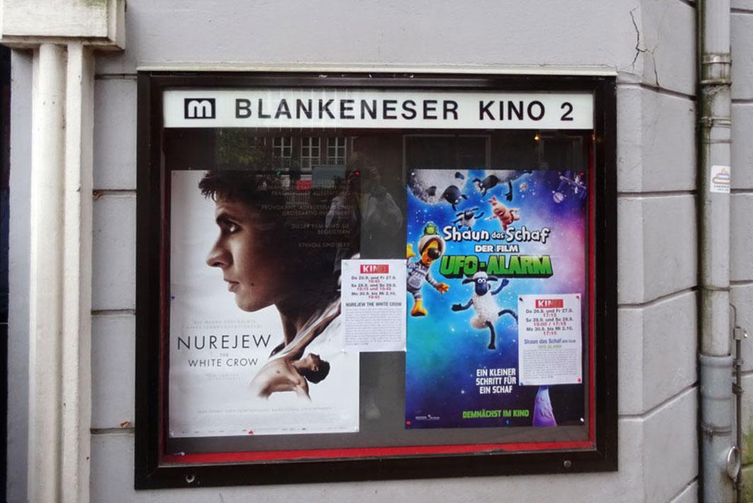 Schaukasten mit zwei Plakaten rechts neben dem Eingang.