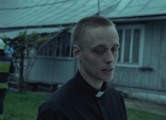 Daniel in in Priesterrobe.