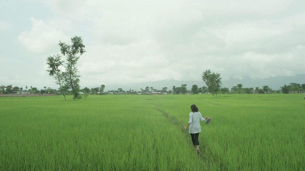 Mädchen läuft über ein Feld in Nepal