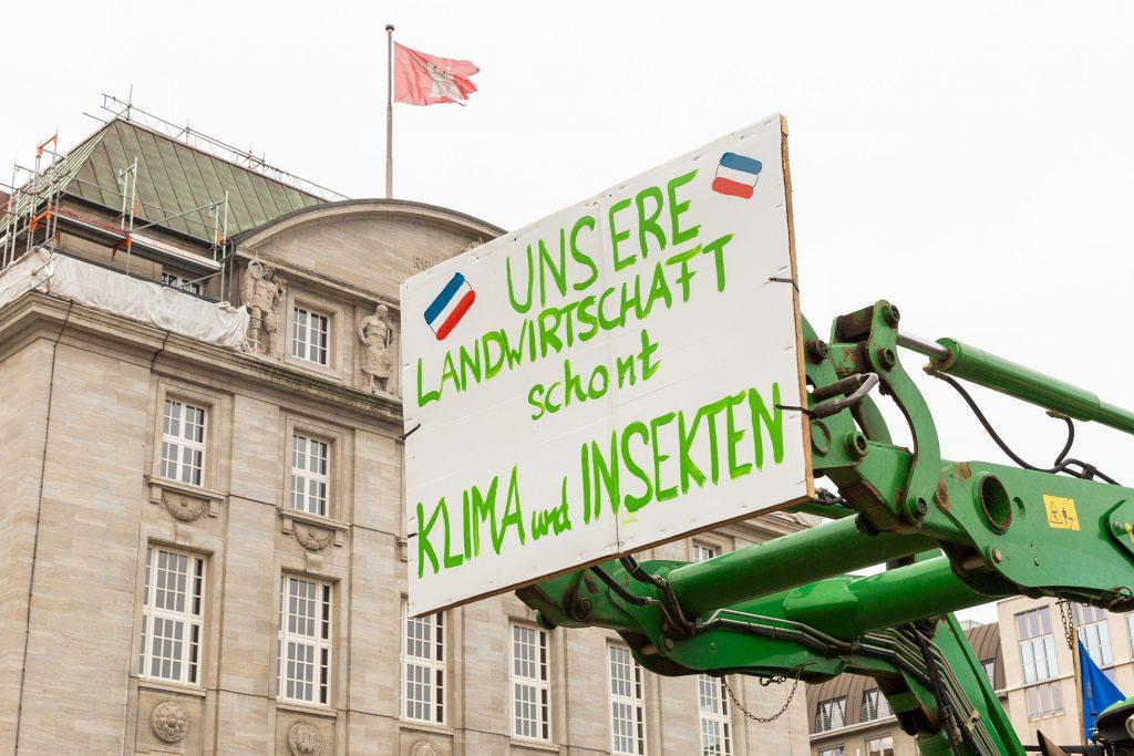 Traktor mit Protestschild auf dem Rathausplatz in Hamburg. Foto: Benjamin Eckert