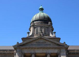 Das Dach des Landgerichts Hamburg.