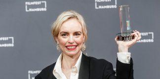 Schauspielerin Nina Hoss hält eine Trophäe in die Höhe.