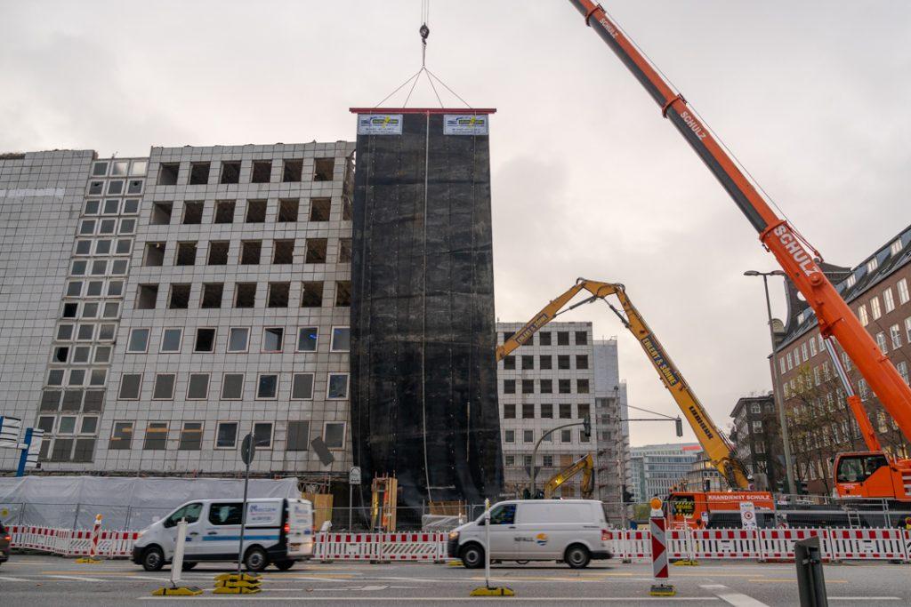 Blick von der Steinstraße: Block A des City-Hofs. Ein großes Tuch hält den Abbruchstaub von der Straße fern.