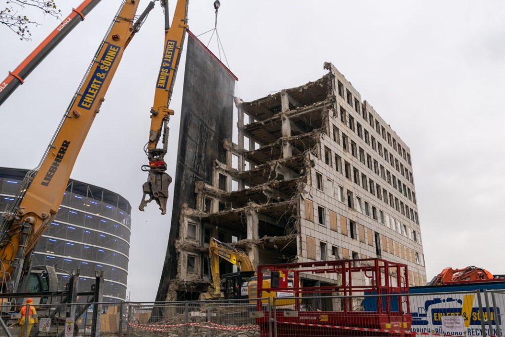 Die Abbruchschere des Großbaggers vom Typ Liebherr R 960 bricht das Gebäude Stück für Stück ab. Foto: Benjamin Eckert