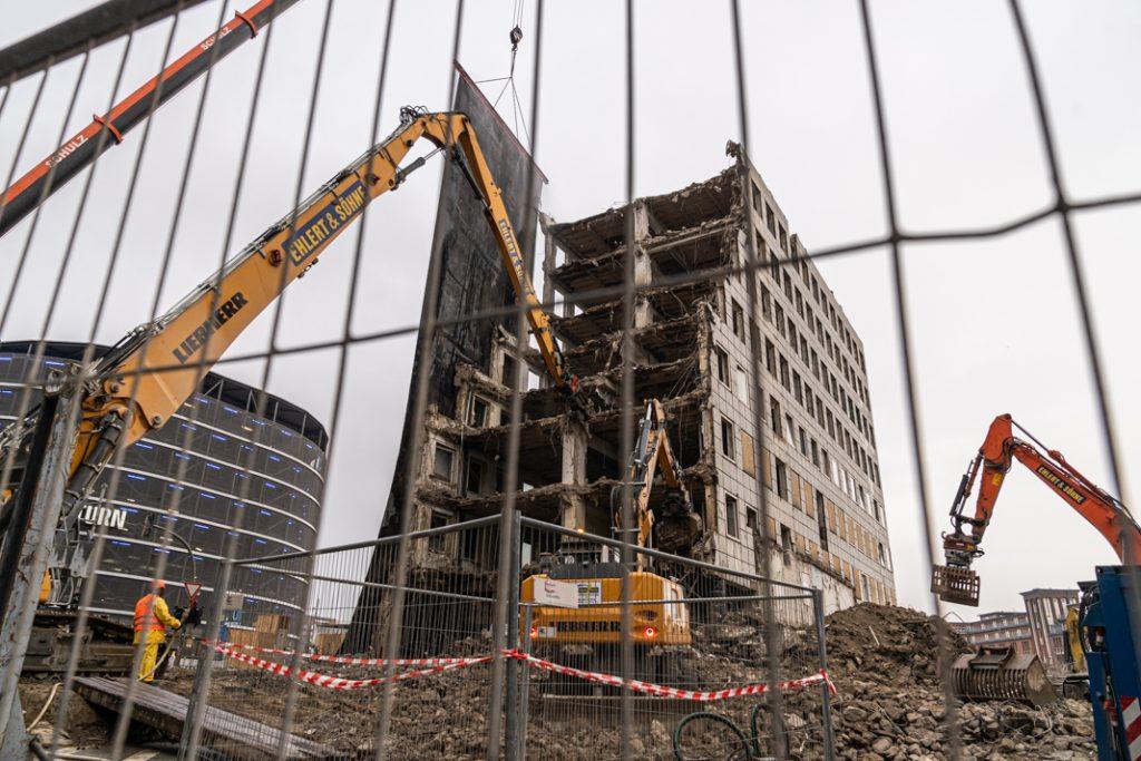 Blick durch den Bauzaun: Block A des City-Hofs wurde schon zu einem Teil abgebrochen. Foto: Benjamin Eckert