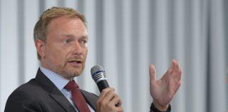 Christian Lindner spricht in ein Mikrofon