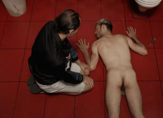 Protagonist Lars (links) mit einem seiner Opfer.
