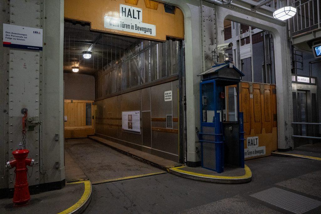 Elbtunnel-Profession-Tunnel-Supervisor-Elevators