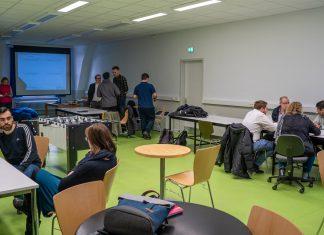 Ein Raum voller Leute, die an zusammen arbeiten
