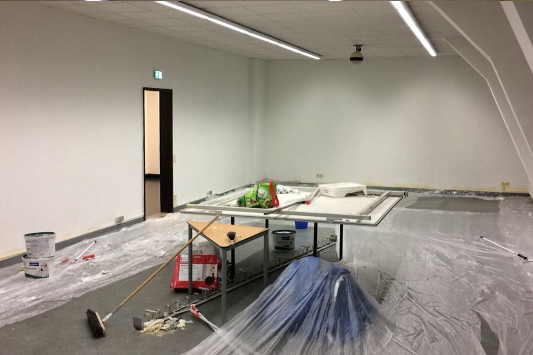 Der Raum, während er gestrichen wird.
