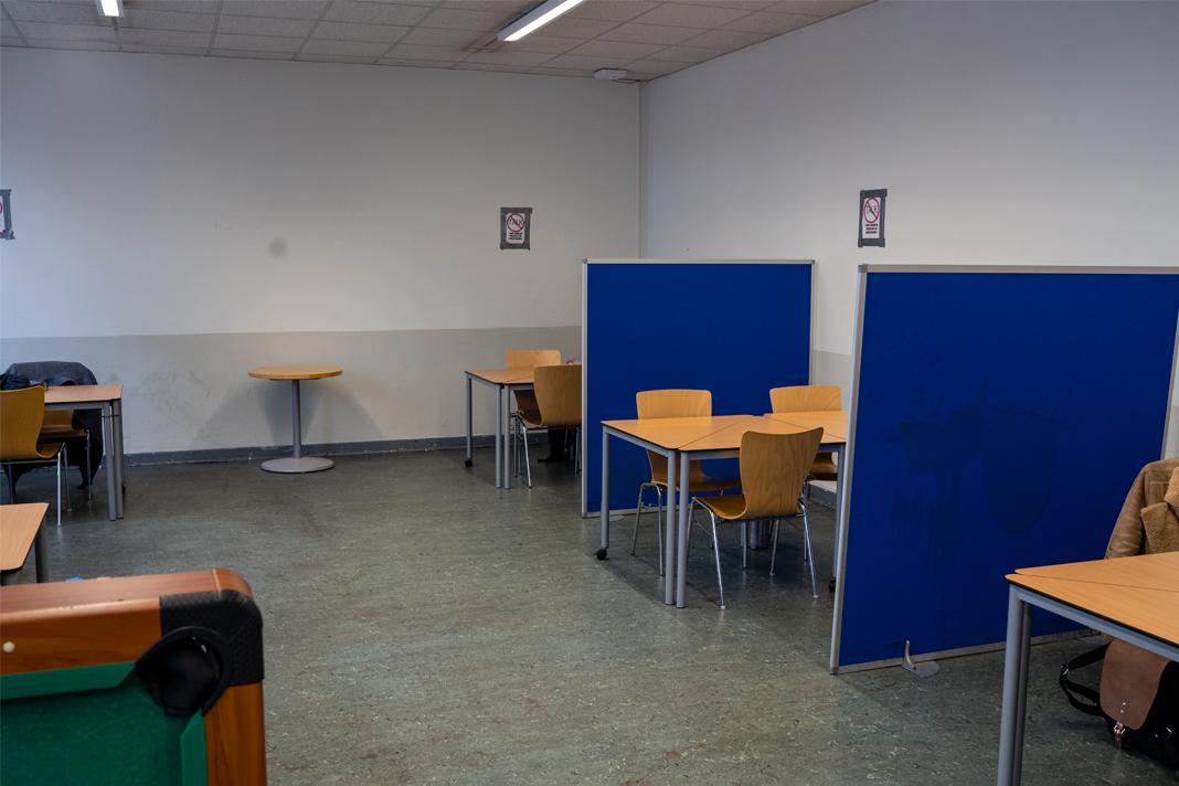 Ein Raum mit Tischen