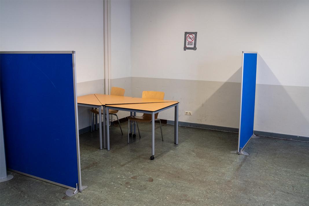 Ein Tisch in der Ecke