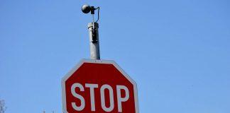 Eine Kamera auf einem Stopschild
