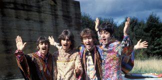 Die Beatles in schrillen Gewändern am Feiern.