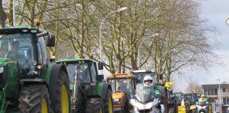 Traktorenkolonne werden von Polizisten auf Motorrädern begleitet.