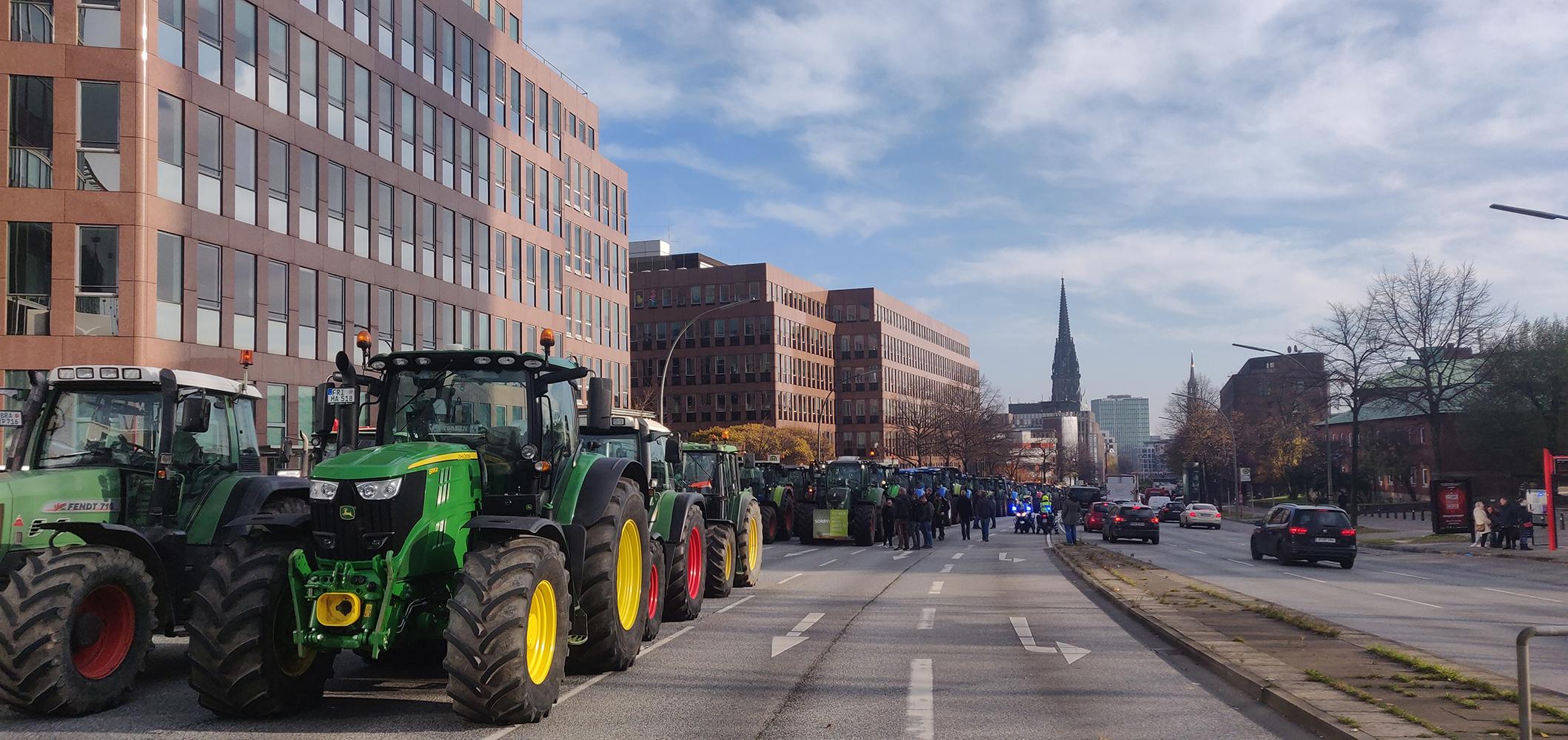 Geparkte Traktoren ohne Ende auf der Ludwig-Erhard-Straße.