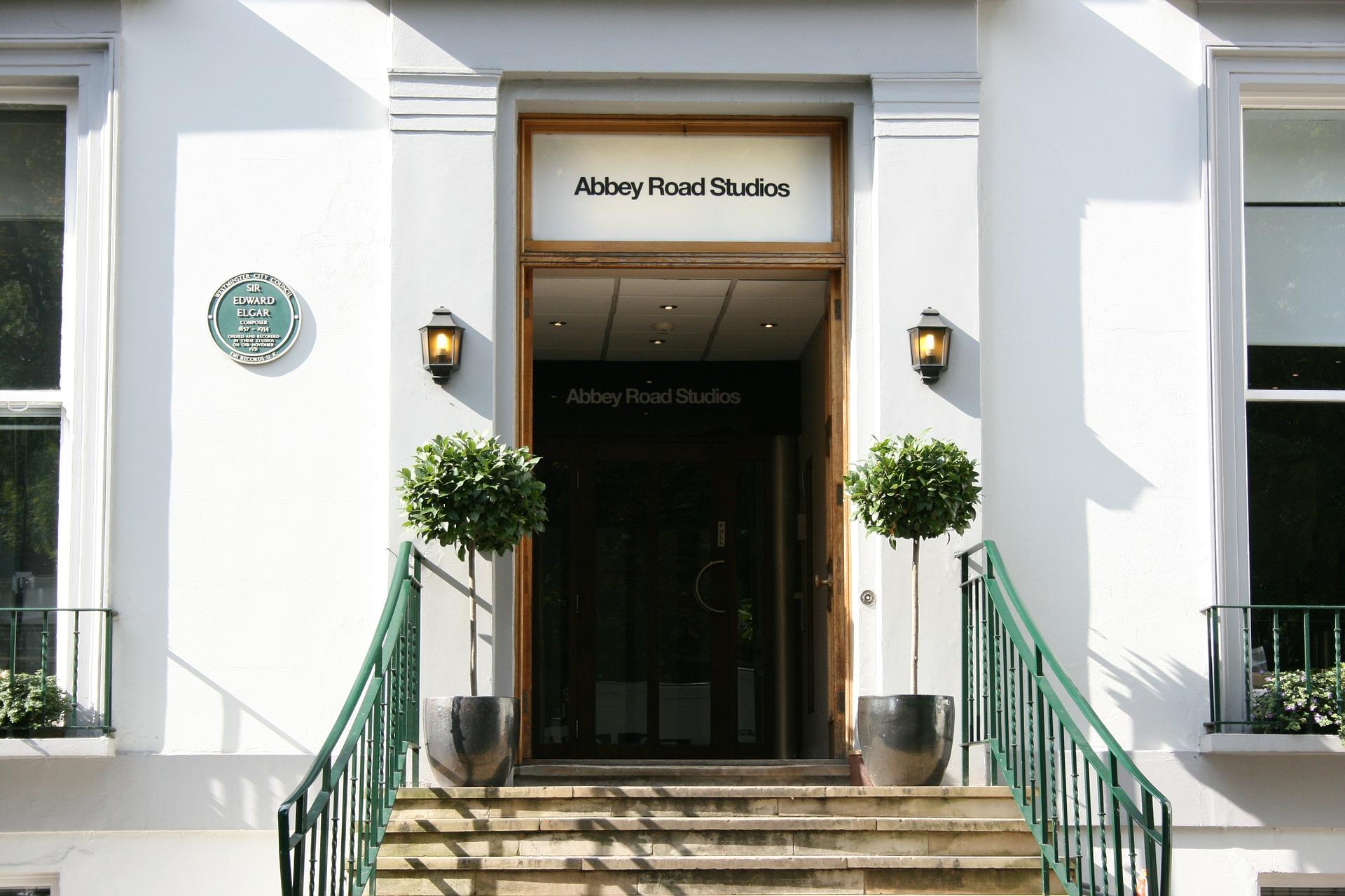 Eine Treppe führt hinaus zu dem Eingang des Abbey Road Studios.