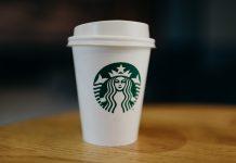 Ein Einwegbecher von Starbucks