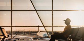 Ein Mann sitzt am Flughafen.