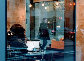 Frau im Café am Skypen.