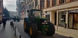Traktoren, überall aus Norddeutschland, fahren durch Hamburg.