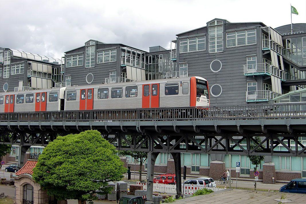 U3 auf der Strecke von Landungsbrücken bis Baumwall vor dem Gruner und Jahr Gebäude.