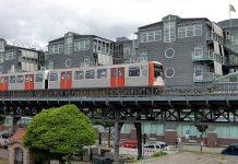 U-Bahn auf der Strecke von Landungsbrücken bis Baumwall vor dem Gruner und Jahr Gebäude.