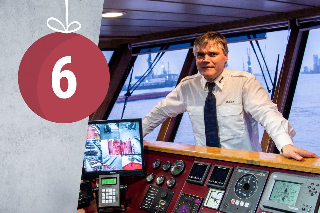 Muxica am Kommandozentrale seiner Fähre. Im Hintergrund der Hamburger Hafenn.