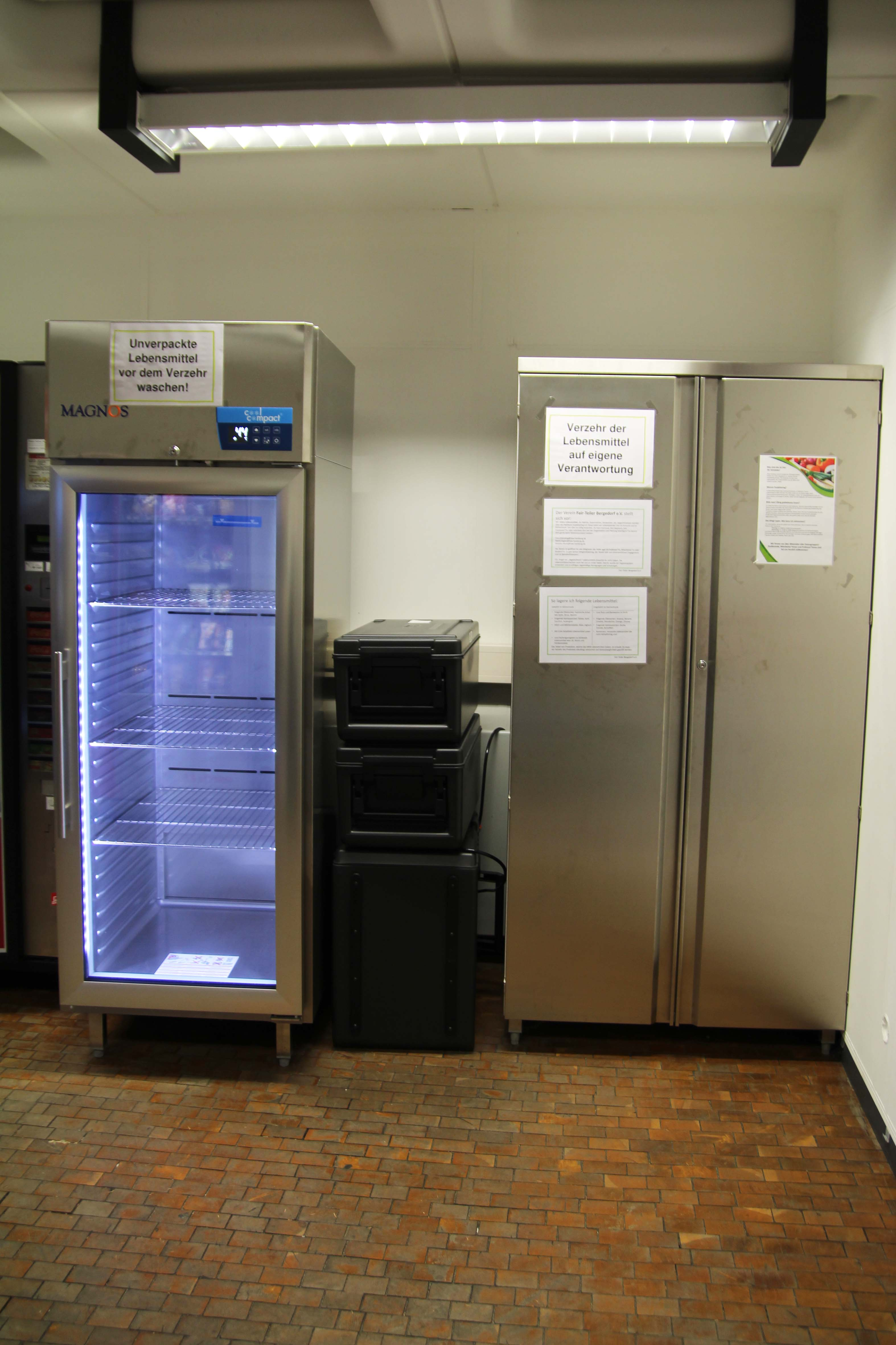 Ein Kühlschrank und ein Schrank, beide verschlossen.