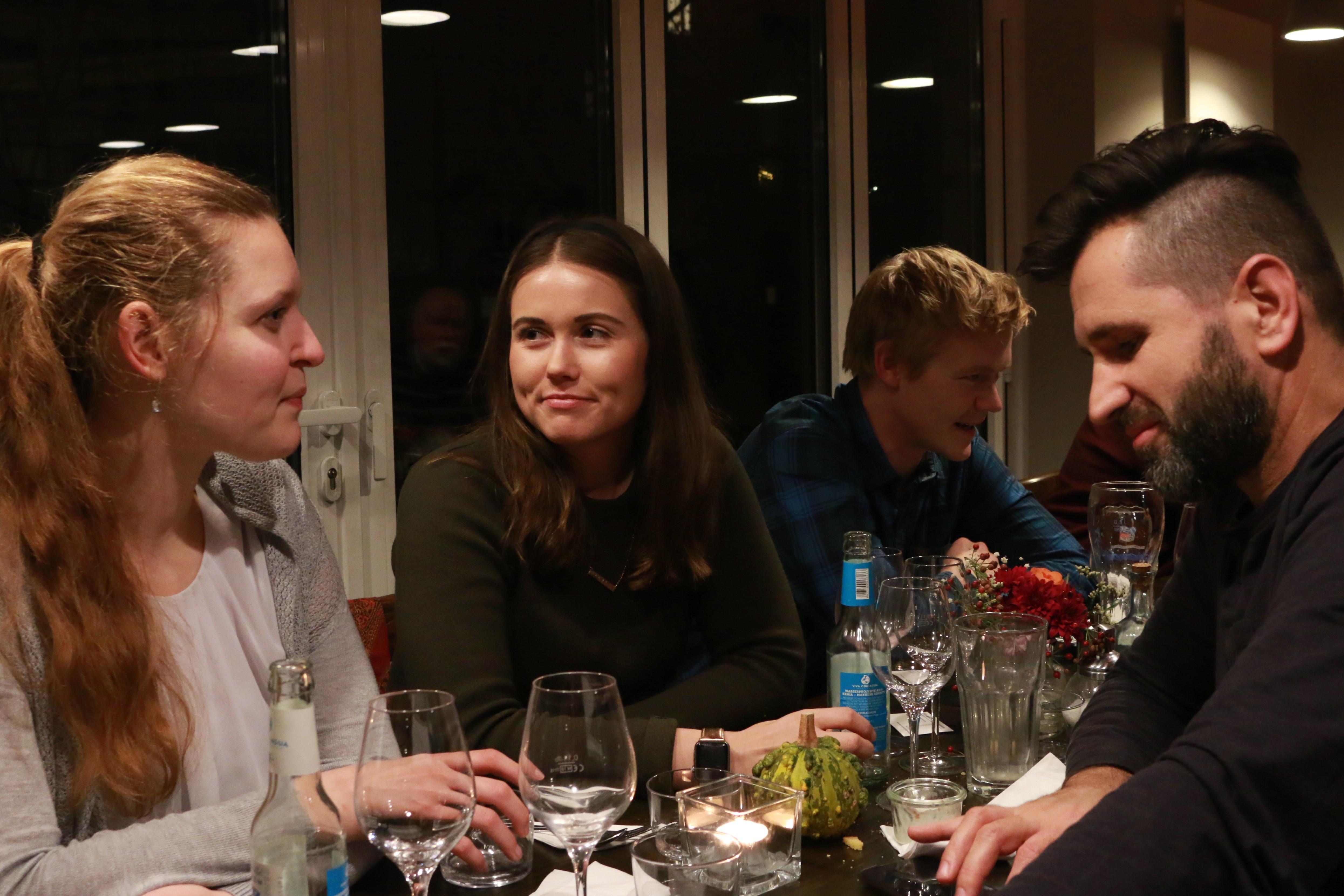 Alexandrea Swanson am Tisch