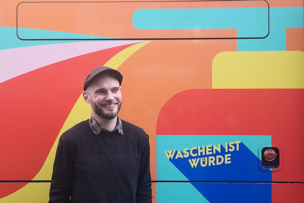 Christian Poelmann steht vor dem neuen GoBanyo-Duschbus.