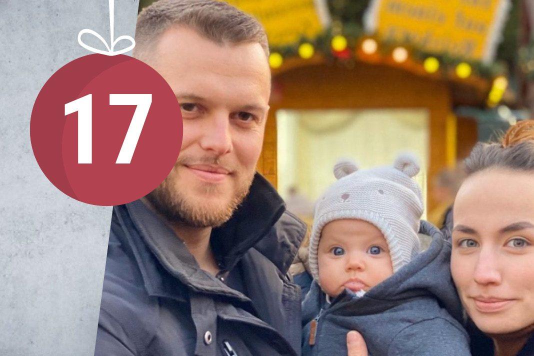 Junge Eltern zu Weihnachten mit Baby